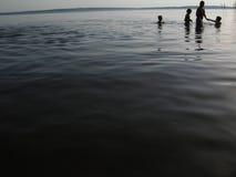 Famiglia sul fiume Immagine Stock