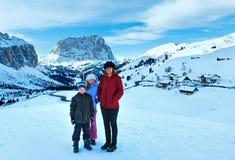 Passaggio di Gardena di inverno di mattina in dolomia ed in famiglia. Fotografie Stock