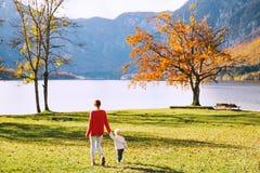 Famiglia sul lago Bohinj, Slovenia, Europa Immagine Stock
