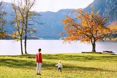 Famiglia sul lago Bohinj, Slovenia, Europa Fotografie Stock