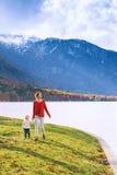Famiglia sul lago Bohinj, Slovenia, Europa Fotografia Stock