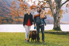 Famiglia sul lago Bohinj, Slovenia, Europa Immagini Stock