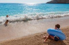 Famiglia sul mare ionico di estate fotografia stock