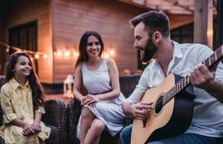 Famiglia sul terrazzo fotografie stock