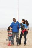 Famiglia sul viaggio di pesca della spiaggia Fotografia Stock