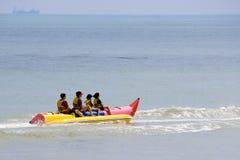 Famiglia sulla barca di banana Fotografie Stock Libere da Diritti