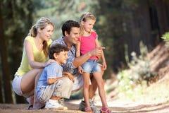 Famiglia sulla camminata del paese Immagini Stock