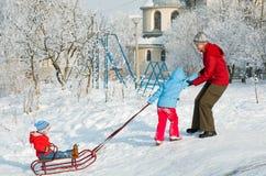 Famiglia sulla camminata di inverno Fotografia Stock Libera da Diritti