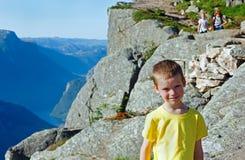 Famiglia sulla cima massiccia della scogliera di Preikestolen (Norvegia) Immagini Stock Libere da Diritti
