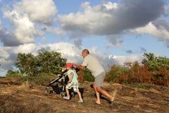 Famiglia sulla collina Immagini Stock Libere da Diritti
