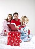 Famiglia sulla mattina di natale Fotografia Stock Libera da Diritti