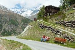 Famiglia sulla montagna delle alpi di estate Fotografia Stock