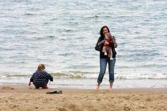 Famiglia sulla spiaggia Immagine Stock Libera da Diritti