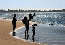 Famiglia sulla spiaggia fotografia stock libera da diritti