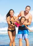 Famiglia sulla spiaggia Immagine Stock