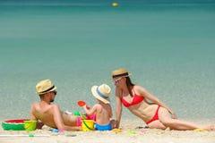 Famiglia sulla spiaggia Bambino che gioca con la madre ed il padre Immagini Stock Libere da Diritti