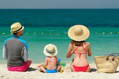 Famiglia sulla spiaggia Bambino che gioca con la madre ed il padre Fotografia Stock Libera da Diritti