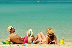 Famiglia sulla spiaggia Bambino che gioca con la madre ed il padre fotografie stock libere da diritti