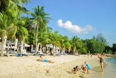 Famiglia sulla spiaggia di Siloso alla località di soggiorno di isola di Sentosa a Singapore Immagini Stock