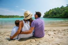 Famiglia sulla vacanza alla spiaggia di Oceano Indiano Fotografie Stock Libere da Diritti
