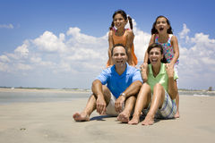 Famiglia sulla vacanza della spiaggia Immagini Stock Libere da Diritti