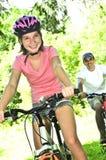 Famiglia sulle biciclette Fotografie Stock Libere da Diritti