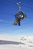 Famiglia sullo sci e snowboard nella cabina della cabina di funivia Fotografia Stock Libera da Diritti