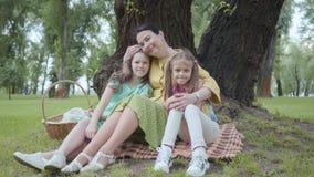 Famiglia, svago e concetto della gente Nonna felice e nipoti che hanno picnic al parco di estate Donna matura stock footage