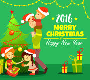 Famiglia sveglia del fumetto che decora l'albero di Natale e che celebra natale Fotografia Stock