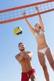 Famiglia in swimwear che gioca con una palla Fotografia Stock Libera da Diritti