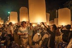 Famiglia tailandese che libera felicemente lanterna al festival di Yi Peng, Tailandia Fotografia Stock