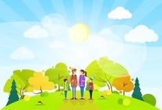 Famiglia turistica con lo zaino sopra il paesaggio di estate Immagine Stock