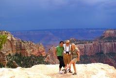Famiglia turistica nell'orlo del nord del grande canyon immagine stock