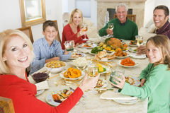 Famiglia tutta insieme al pranzo di natale Immagine Stock