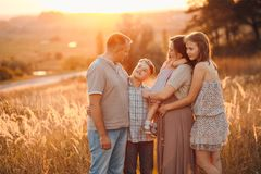 Famiglia in un campo fotografia stock