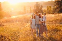 Famiglia in un campo Fotografia Stock Libera da Diritti