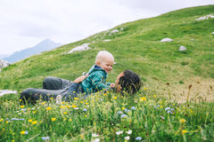 Famiglia un giorno di trekking nelle montagne Immagini Stock Libere da Diritti