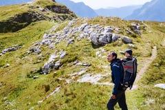 Famiglia un giorno di trekking nelle montagne Mangart, Julian Alps, Fotografie Stock