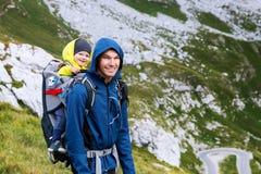 Famiglia un giorno di trekking nelle montagne Mangart, Julian Alps, parco nazionale, Slovenia, Europa Immagini Stock Libere da Diritti