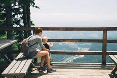 Famiglia un giorno di trekking nelle montagne Velika Planina o grande Fotografia Stock Libera da Diritti