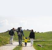 Famiglia un giorno di trekking nelle montagne Velika Planina o grande Fotografia Stock
