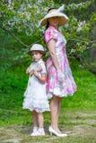 Famiglia in un parco di estate fotografie stock