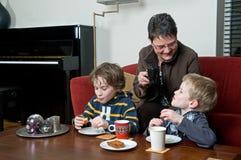Famiglia in un salone Immagini Stock Libere da Diritti