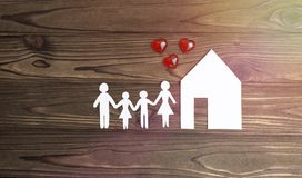 Famiglia, una casa fatta di carta fotografia stock libera da diritti