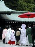 Famiglia in una processione durante la cerimonia delle nozze giapponesi tradizionali immagini stock libere da diritti
