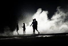 Famiglia vicino al geyser Fotografie Stock Libere da Diritti