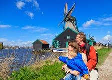 Famiglia vicino al mulino a vento in Olanda Fotografia Stock