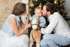 Famiglia vicino all'albero thear del nuovo anno Fotografia Stock
