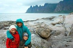 Famiglia vicino alla costa di Senja di estate (Ersfjord dentellato, Norvegia, d polare fotografia stock
