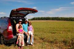Famiglia vicino alla loro automobile Fotografie Stock Libere da Diritti